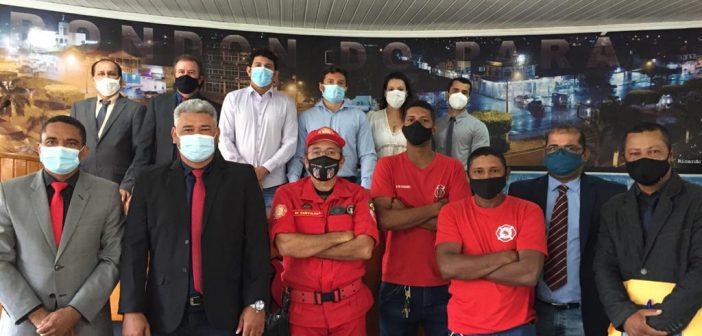Vereadores em reunião com a equipe de corpos de bombeiros